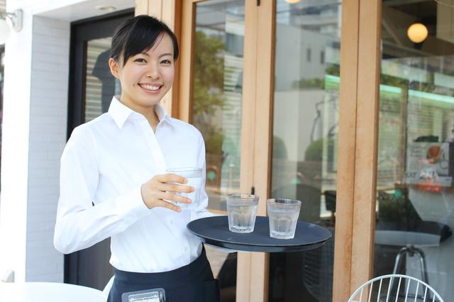 カフェでアルバイトする女子学生