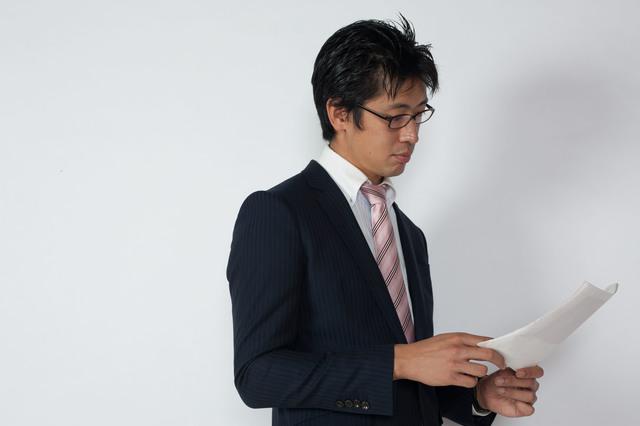書類を審査する男性