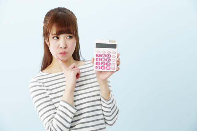 借入を悩む女性