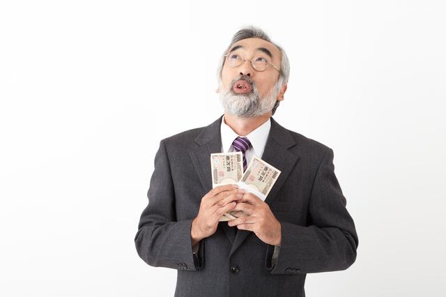 お金を持って喜ぶ男性