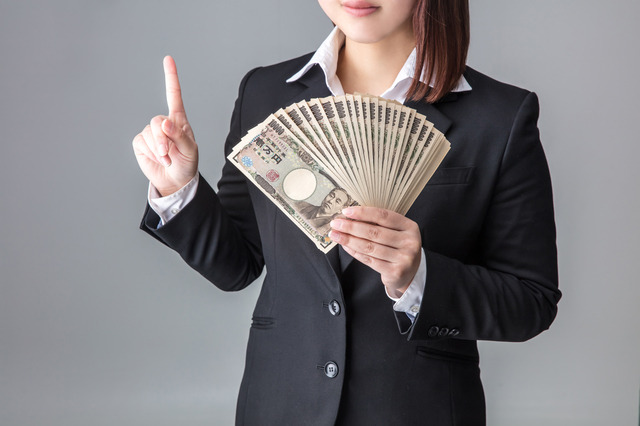 お金を持ってる女性
